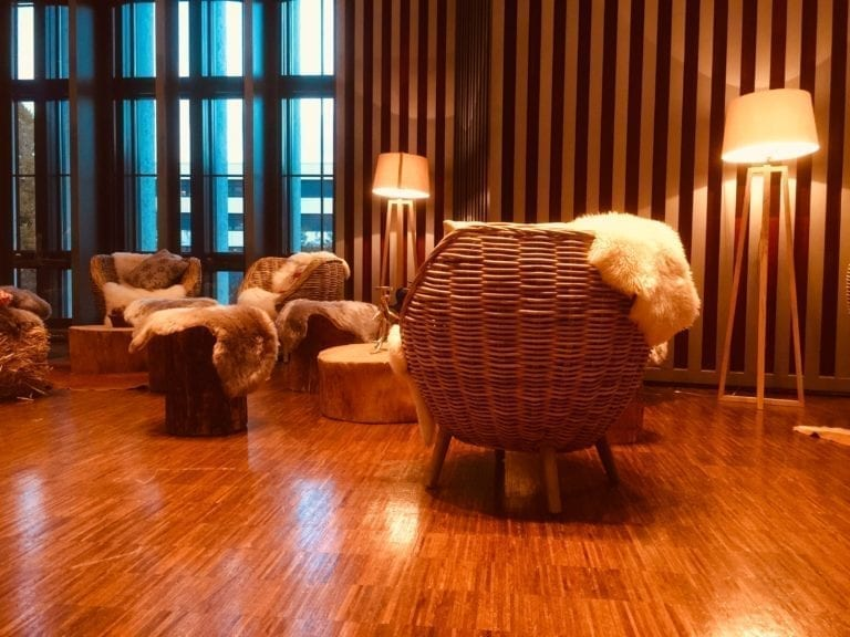ständerlampe holz mieten rent-a-lounge 2